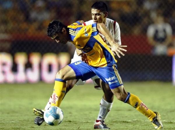 NO PUDIERON SACARSE VENTAJAS. Tigres y Toluca repartieron puntos tras un reñido 2-2. (Foto: Mexsport)