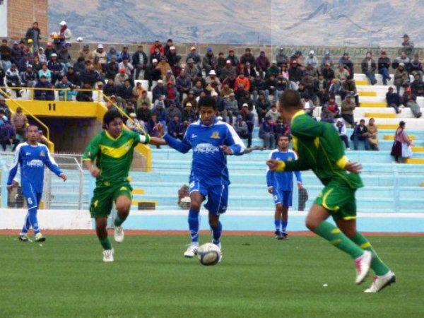 EXTRAVIADO. Enzo Castillo no tuvo su mejor tarde en Puno. En la vuelta del cuadro unicachino al Enrique Torres Belón, Castillo fue el peor de su equipo. (Foto: www.punodeportes.com)