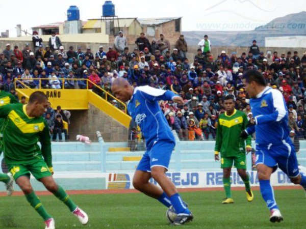 COMO EN LOS VIEJOS TIEMPOS. Pedro Sanguinetti se animó en más de una ocasión en ir al ataque. El 'Flaco' recordó sus tiempos de delantero. (Foto: www.punodeportes.com)