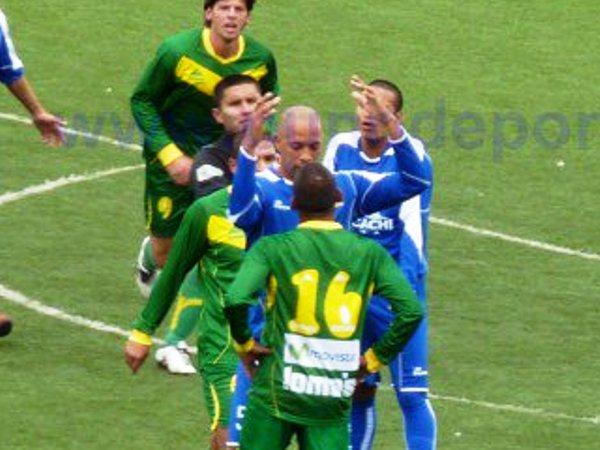 CORREN LAS APUESTAS. Pedro Sanguinetti trata de intimidar a Cord Cleque. No se sabe si logró su cometido. (Foto: www.punodeportes.com)