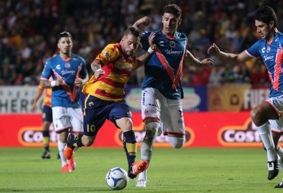 Monarcas y Tiburones Rojos son los principales candidatos para el descenso. Ambos clubes de jugadores peruanos: Raúl Ruidíaz y Pedro Gallese. (Foto: esférico.com.mx)