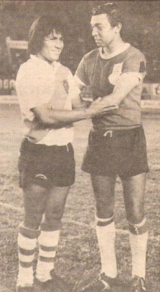 Company como jugador, junto a Hugo Sotil antes de un Municipal - Gálvez en 1973 (Foto: revista Ovación)