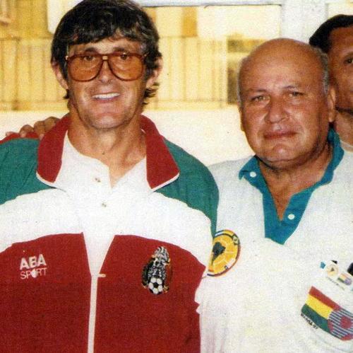 La foto de un desconocido Jorge Valerio con el conocido Bora Milutinovic durante la Copa América de Bolivia en 1997 (Foto: Google profiles)