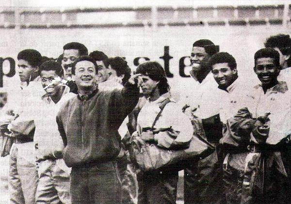 Luis Reyna junto al plantel de Cristal el día que se estrenó como técnico interino enfrentando a la 'U' en 1993 (Recorte: revista Estadio)