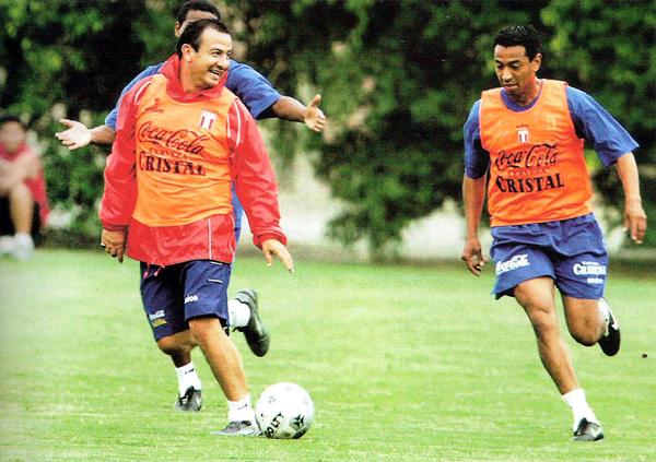 En una práctica de la selección peruana, cuando fue asistente de Fredy Ternero, Luis Reyna se lleva el balón ante la mirada de Nolberto Solano (Recorte: revista El Gráfico Perú)