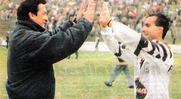 El saludo entre Luis Reyna y el uruguayo Juan Manuel Mouro cuando 'Cachete' era técnico de Pesquero (Recorte: diario Líbero)