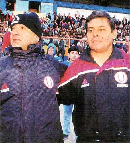 Un día de gloria en la carrera de Lucho Reyna cuando con Universitario obtuvo el título del Apertura 2000 en Cerro de Pasco junto a Roberto Chale (Recorte: revista Once)