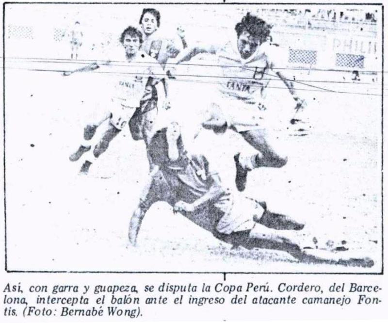 Disputa del balón entre el surquillano Cordero y el camanejo Fontis: todo un derby (Recorte: diario La Crónica)