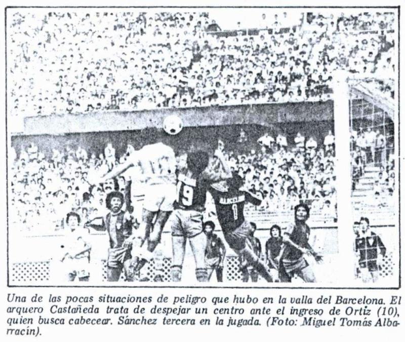 Rafael Castañeda, quien años luego fuera DT de Unión Minas, era el golero del Barcelona surquillano. Acá corta una carga del 'madridista' Ortiz (Recorte: diario La Crónica)