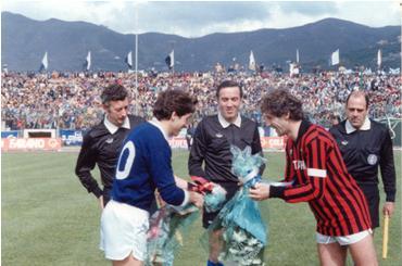 Abril de 1983: el ya capitán Franco Baresi saluda a su similar del ignoto club Cavese antes de un partido del Milan en su paso por la Serie B (Foto: forzacavese.net)