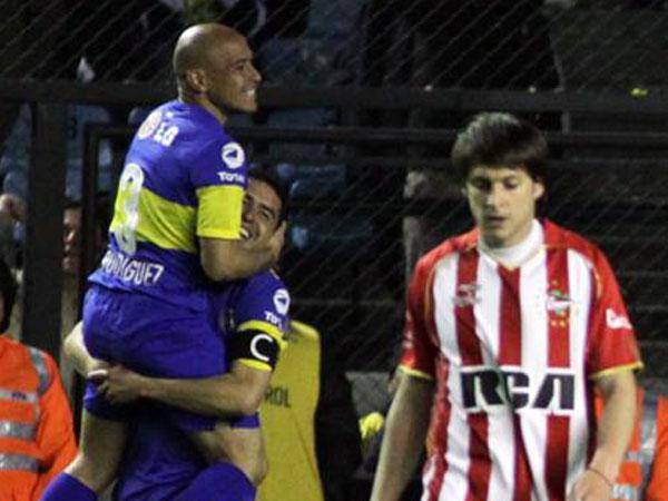 EN TODO LO ALTO. Boca Juniors sufrió pero derrotó a Estudiantes de La Plata. El elenco xeneize es el único líder del campeonato argentino. (Foto: AFP)
