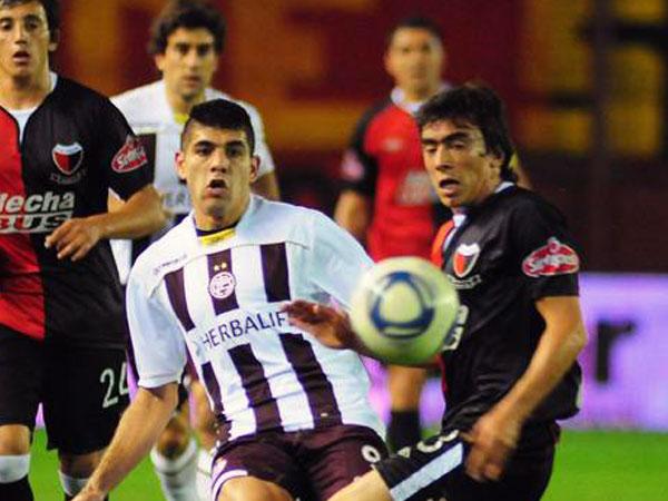PARA AMBOS. En un   encuentro abierto, Lanús y Colón repartieron puntos. Ambos elencos están a cinco puntos de Boca Juniors, líder del campeonato. (Foto: La Nación)