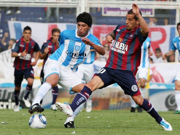 BIEN PELEADO. En un   partido con muchas ocasiones de gol, San Lorenzo y Racing igualaron 0-0. El gol fue el único ausente en el emocionante encuentro. (Foto: La Nación)