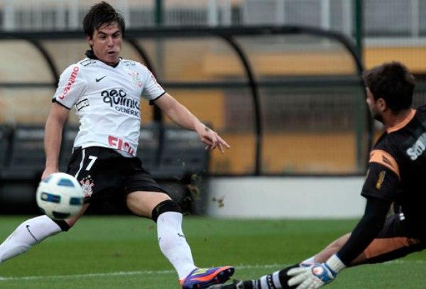 TAMPOCO PUDO.  Corinthians tampoco pudo ganar como local y resignó un empate de dos goles ante Ceará. (Foto: Ag.Estado)