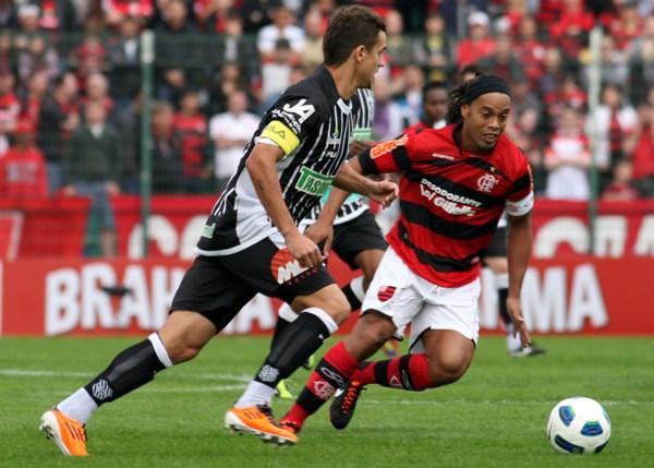 LA VIDA NO ES UN CARNAVAL. El Flamengo de Ronaldinho tampoco pudo ganar en condición de visitante ante Figueirense e igualó 2-2. (Foto: VIPCOMM)