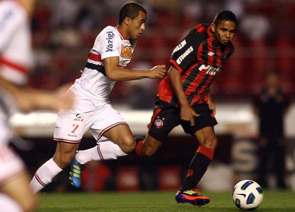 NO SACÓ VENTAJAS. Sao Paulo no pudo como local ante Atlético Paranaense y terminó relegando dos puntos al empatar 2-2. (Foto: VIPCOMM)