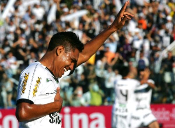 PROFETA EN SU TIERRA. Con una buena actuación de Thiago Humberto, Ceará goleó 3-0 al Bahía y continúa escapándose de la zona de descenso. (Foto: Agencia Diario)