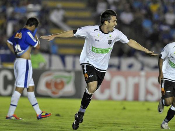 VIVIÓ SU MOMENTO. Cruzeiro no encontró su juego y se vio superado por Figueirense. El 'Equipo 5 estrellas' se queda en la décimo primera posición del Brasileirao. (Foto: Agencia Estado)