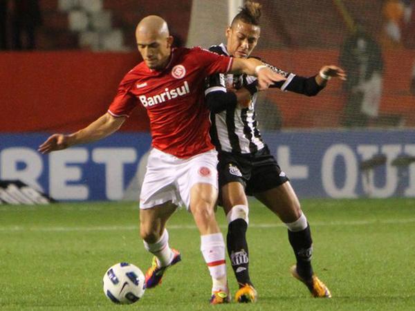 LUCHA DE GIGANTES. En un gran partido, Internacional y Santos igualaron 3-3. Ambos elencos permanecen lejos de los puestos de vanguardia. (Foto: Agencia Estado)