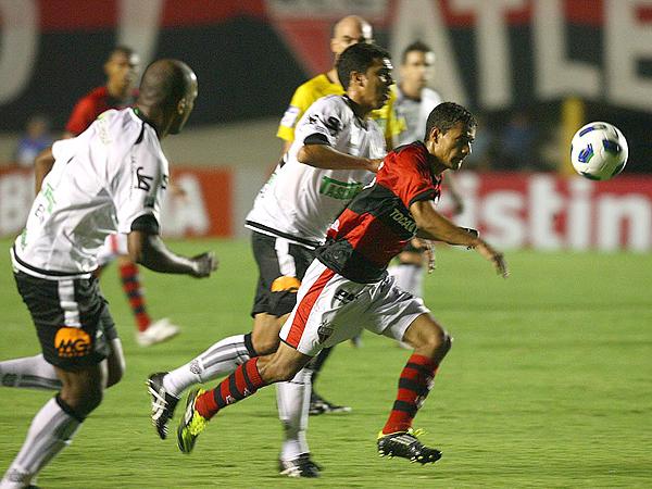 BUSCANDO Y BUSCANDO. Goianiense y Figueirense se hicieron poco daño y empataron. Ambos elencos luchan en la mitad de la tabla de posiciones. (Foto: O Popular)