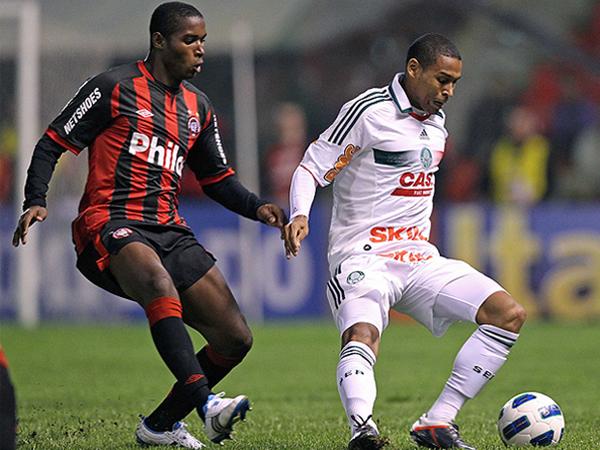 POR EL MISMO LADO. En un partido con mucho movimiento, Atlético Paranaense y Palmeiras igualaron 2-2. (Foto: Agencia Estado)