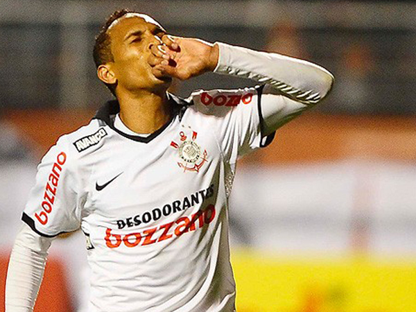 BESO DE CONFIANZA. Liedson celebra su gol anotado a Flamengo, con el cual Corinthians ganó y se vuelve a quedar como único líder del campeonato. (Foto: Globo Esporte)