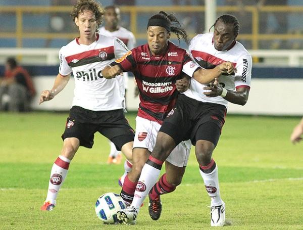 LO FRENARON. Ronaldinho no pudo hacer mucho para evitar la derrota de su equipo ante Atlético Paranaense. (Foto: Ag. Estado)