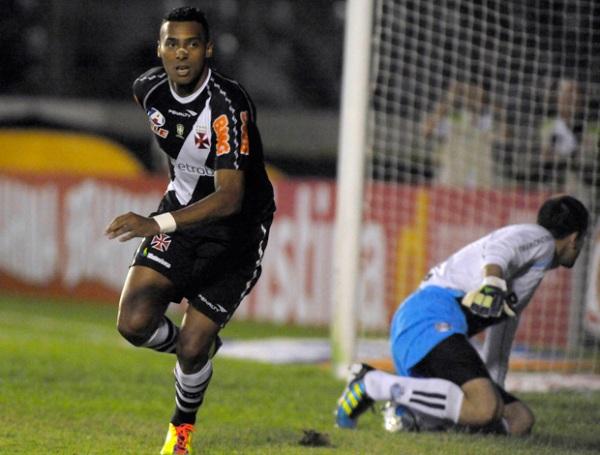 LES GUSTA LA PUNTA. Con goles de Eder Luis, Diego Souza, Elton, y Fagner, Vasco goleó por 4-0 al Gremio y alcanzó el primer lugar de la tabla. (Foto: Fotocom.net)