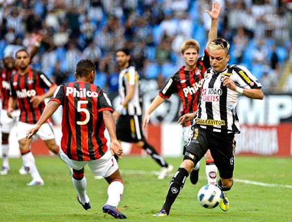 A LA CAZA DE LOS PUNTEROS. Botafogo venció 2-0 al Atlético paranaense y se mantiene a dos unidades de los líderes del campeonato. (Foto: Ag.estado)
