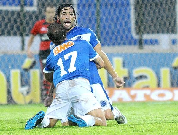 SON DE PRIMERA. Cruzeiro sufrió para derrota al Atlético Goianiense pero continúa manteniéndose al margen de los puestos de descenso. (Foto: VIPCOMM)