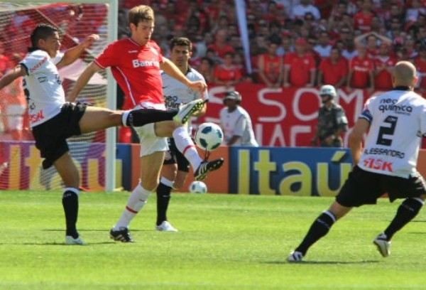 ROJOS DE IRA. Corinthians no paso del empate 1-1 en su visita al Inter y perdió el primer lugar. (Foto: VIPCOMM)