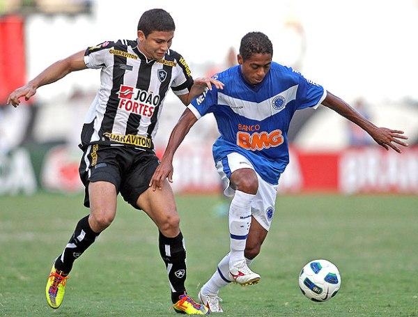 SUBE Y BAJA. Botafogo logró imponerse por la mínima ante el Cruzeiro gracias a un tanto de Abreu y mantiene la ilusión de lograr el título. (Foto: AGIF)