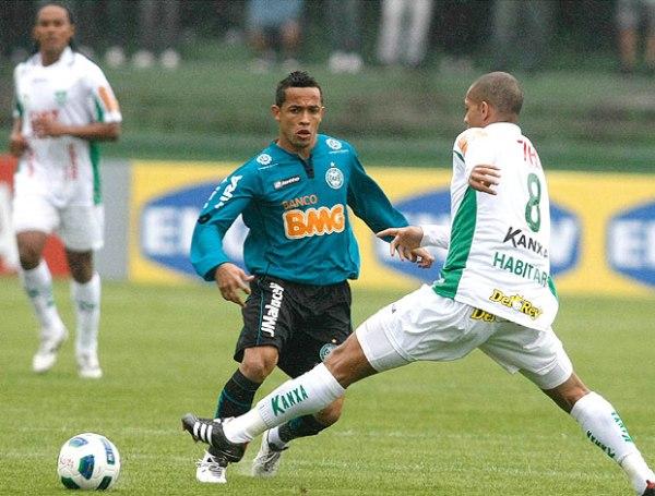 NO HAY REMEDIO. América perdió 3-1 ante Coritiba y su lucha por lograr la salvación de torna más complicada. (Foto: Futura Press)