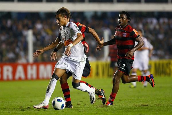 Santos y Flamengo brindaron quizá el mejor partido del campeonato. Un 4-5 a favor de los cariocas que vio el enfrentamiento de dos cracks: Neymar y Ronaldinho (Foto: neymarweb.es).