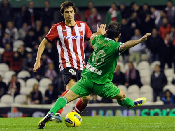 PARANDO EL AVANCE. Atlhetic Bilbao estuvo cerca de ganar pero Racing de Santander supo aguantar. El conjunto de Marcelo Bielsa defraudo de local. (Foto: Marcamedia)