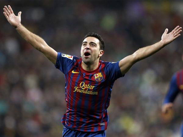PLACER AZULGRANA. Xavi Hernández celebra uno de los tres goles que le anotó Barcelona a Real Madrid para vencerlo en el propio Santiago Bernabeú, en un nueva versión del Derby español. (Foto: Marcamedia)