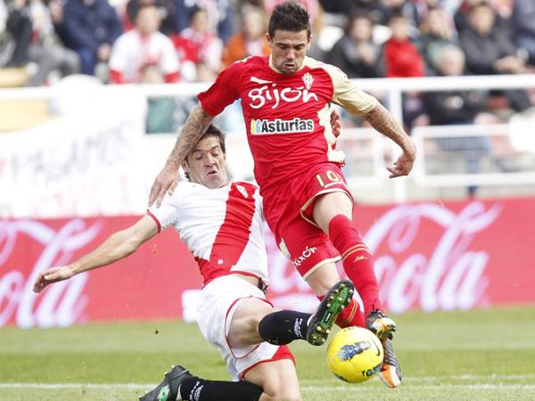 RAYO SIN DAÑO. Rayo Vallecano se vio superado por Sporting de Gijón. El conjunto falló demasiado en su zona defensiva.  (Foto: Marcamedia)