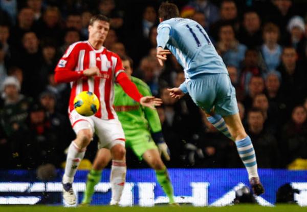NADIE LOS MUEVE. El Manchester City continúa como único líder luego de vencer con comodidad 3-0 al Stoke City. (Foto: PremierLeague.com)