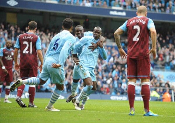 CHALACA A LA FAMA. Con un golazo de chalaca de Mario Balotelli, Manchester City goleó 4-1 al Aston Villa y se mantiene como puntero. (Foto: Premierleague.com)