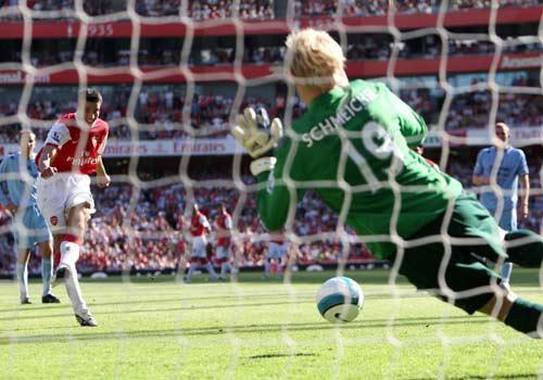 Kasper Schmeichel, acá atajándole un penal a Robin van Persie, es uno de los puntales de la gran campaña del City (Foto: premierleague.com)