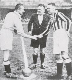 Peter Doherty (izq.) antes de un cotejo ante el Blackpool. El volante irlandés jugó 133 partidos y anotó 81 goles para el City entre 1936 y 1945 (Foto: wikipedia.org)