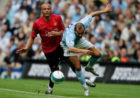 Martin Petrov supera a Wesley Brown en el último clásico de Manchester (Foto: premierleague.com)