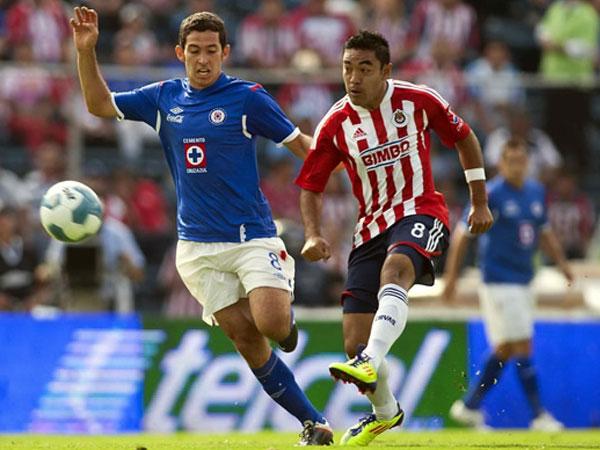 COSA DE ELLOS. En el encuentro más importante de la jornada, Cruz Azul y Chivas empataron 1-1. El cotejo estuvo cargado de algunas emociones. (Foto: Mexsport)