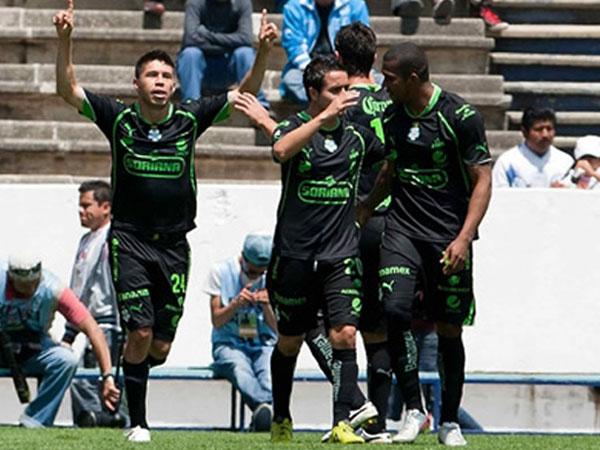 SU MEJOR FESTEJO. Santos supo aprovechar los errores de Puebla y lo derrotó. El elenco 'poblano' bajó posiciones. (Foto: Mexsport)