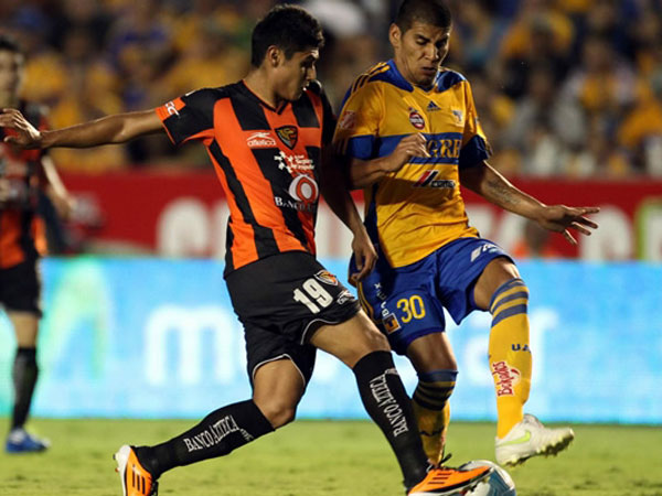 PELEA DE FELINOS. En un encuentro muy parejo, Tigres y Jaguares repartieron puntos. El elenco de Chiapas se mantiene en la cima. (Foto: Mexsport)