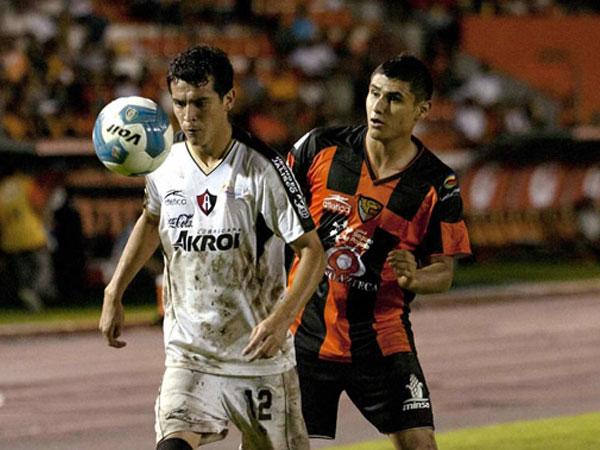 SE LE CRUZÓ. Jaguares no pudo sacar un triunfo en casa y solo igualó ante Atlas, que le hizo un partido inteligente. (Foto: Mexsport)