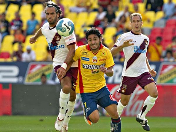 SIN OPCIONES PARA GANAR. Morelia se vio superado en su recinto ante Estudiantes Tecos, que dio una lección de juego y contundencia. (Foto: Mexsport)