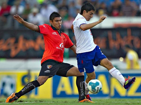 EVITANDO EL GOLPE. Jaguares no supo hacer respetar su recinto y el regaló un empate a Cruz Azul, que a punto estuvo de ganar el encuentro. (Foto: Mexsport)