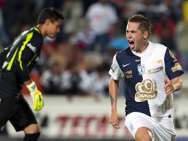 NO CREEN EN DIABLOS. El ex San Martín, Mauro Cejas, celebra uno de los tres tantos con los cuales Pachuca goleó a Toluca. (Foto: Mexsport)
