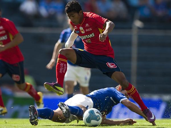 FUE PASADO. Jugando de visita, Morelia solo necesitó una jugada fortuita para ganarle a Cruz Azul. Joao Rojas fue el héroe del encuentro. (Foto: Mexsport)